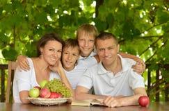 Famille heureuse avec des fruits à la table Images libres de droits