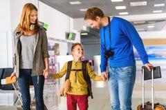 Famille heureuse avec des valises dans l'aéroport Photographie stock