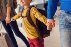 Famille heureuse avec des valises dans l'aéroport Photo libre de droits