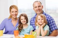 Famille heureuse avec deux enfants avec prendre le petit déjeuner photographie stock libre de droits