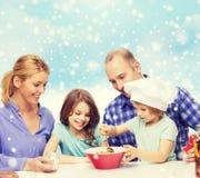 Famille heureuse avec deux enfants faisant la salade à la maison Photo stock
