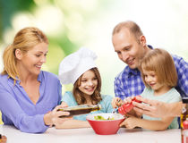 Famille heureuse avec deux enfants mangeant à la maison image stock