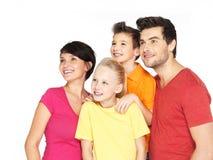 Famille heureuse avec deux enfants regardant le côté Photographie stock libre de droits