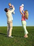 Famille heureuse avec deux enfants sur le ciel bleu Photo libre de droits
