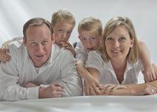 Famille heureuse avec deux jumeaux de 6 années Photo libre de droits