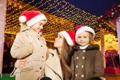 Famille heureuse avec deux petites filles à la rue Photo stock