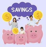 Famille heureuse avec l'épargne pour leur avenir photos stock
