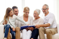 Famille heureuse avec l'album photos de livre ou à la maison Images libres de droits