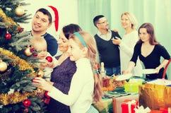 Famille heureuse avec l'arbre de Noël à la maison Photos libres de droits