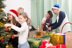 Famille heureuse avec l'arbre de Noël à la maison Images libres de droits