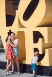 Famille heureuse avec l'enfant le jour de mères ou de pères Amour et confiance comme valeurs familiales Enfant avec embrasser le  Photo libre de droits