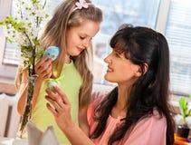 Famille heureuse avec l'oeuf de pâques de coup d'enfant Images libres de droits