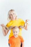 Famille heureuse avec la belle mère et ses enfants Image libre de droits