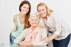 Famille heureuse avec la grand-mère à la maison image libre de droits