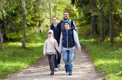 Famille heureuse avec la hausse de sacs à dos photo libre de droits