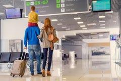 Famille heureuse avec la valise dans l'aéroport Images stock