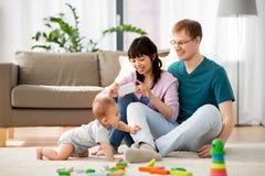 Famille heureuse avec le bébé garçon à la maison photographie stock