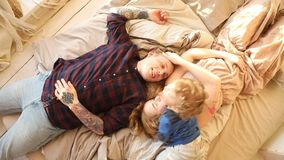 Famille heureuse avec le bébé sur le lit clips vidéos