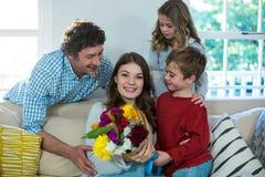 Famille heureuse avec le bouquet de fleur Photos stock