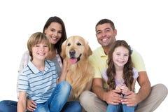Famille heureuse avec le golden retriever Images libres de droits