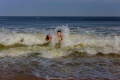 Famille heureuse avec le père et la fille jouant dans l'océan en été Photos libres de droits