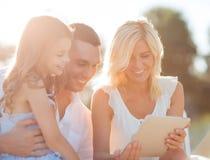 Famille heureuse avec le PC de comprimé prenant la photo Image libre de droits