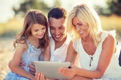 Famille heureuse avec le PC de comprimé prenant la photo Photos stock