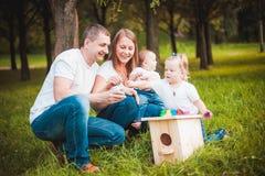 Famille heureuse avec le pondoir et les peintures Photos stock