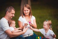 Famille heureuse avec le pondoir et les peintures Photos libres de droits