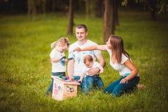 Famille heureuse avec le pondoir et les peintures Image stock