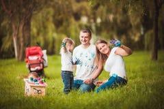 Famille heureuse avec le pondoir et les peintures Images stock
