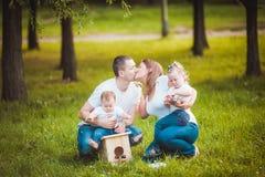 Famille heureuse avec le pondoir et les peintures Photo stock