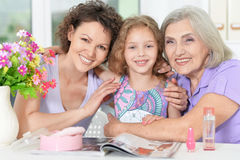 famille heureuse avec le vernis à ongles photos libres de droits