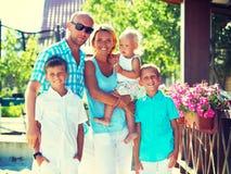 Famille heureuse avec trois enfants restant ensemble Photographie stock libre de droits