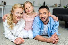 famille heureuse avec un enfant souriant à la caméra images libres de droits