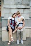 Famille heureuse avec un petits beaux bébé, mère et fille dans des robes avec la sucrerie Photo stock