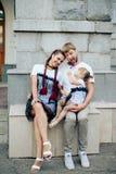 Famille heureuse avec un petits beaux bébé, mère et fille dans des robes avec la sucrerie Photos libres de droits