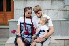 Famille heureuse avec un petits beaux bébé, mère et fille dans des robes avec la sucrerie Images libres de droits