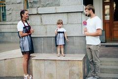 Famille heureuse avec un petits beaux bébé, mère et fille dans des robes avec la sucrerie Image libre de droits