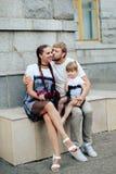 Famille heureuse avec un petits beaux bébé, mère et fille dans des robes avec la sucrerie Photo libre de droits