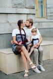 Famille heureuse avec un petits beaux bébé, mère et fille dans des robes avec la sucrerie Photographie stock libre de droits