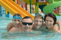 Famille heureuse ayant dans la piscine images stock