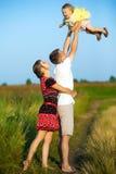 Famille heureuse ayant l'amusement dehors dans le pré d'été image libre de droits