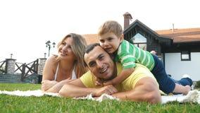Famille heureuse ayant l'amusement dehors un jour ensoleillé banque de vidéos