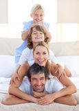 Famille heureuse ayant l'amusement sur un bâti Photos stock