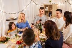 Famille heureuse ayant le dîner à la maison photographie stock