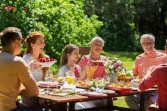 Famille heureuse ayant le dîner ou la réception en plein air d'été image libre de droits