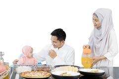 Famille heureuse ayant le repas à la table de salle à manger photographie stock