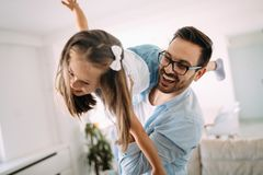 Famille heureuse ayant le temps d'amusement à la maison photos libres de droits