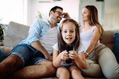 Famille heureuse ayant le temps d'amusement à la maison image libre de droits